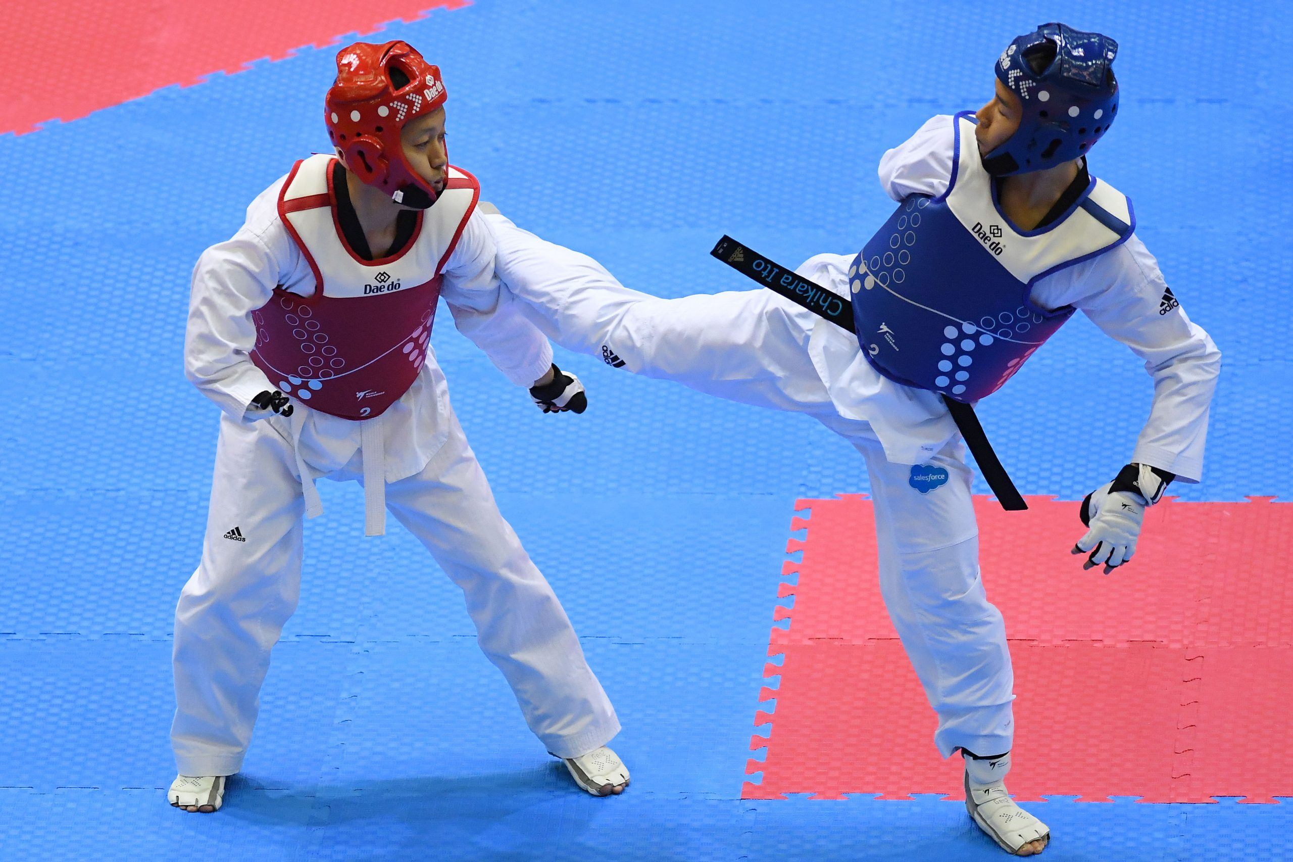 2 hommes combattent en para taekwondo