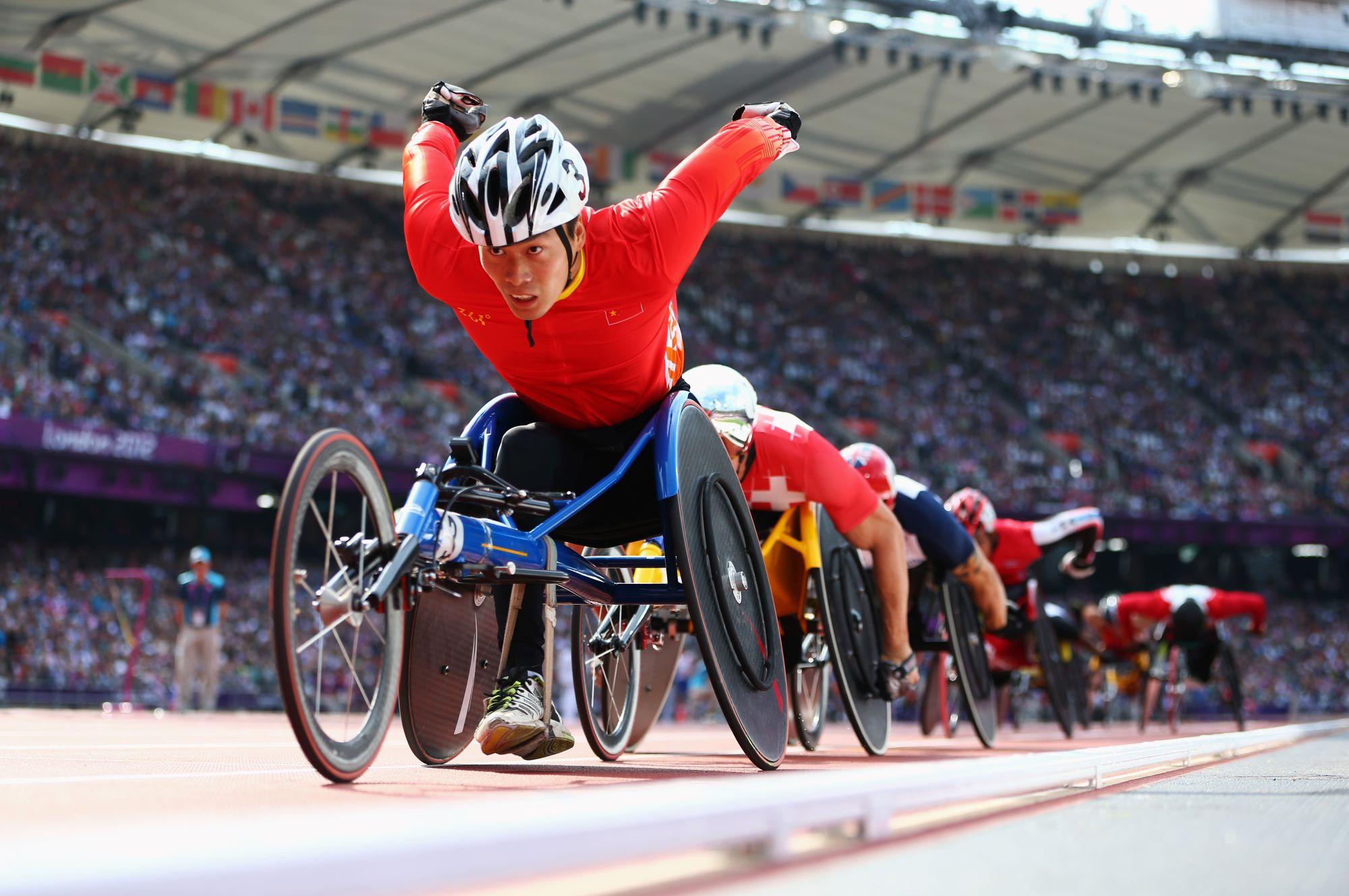 Le para athlète chinois Lixin Zhang en tête de la course fauteuil