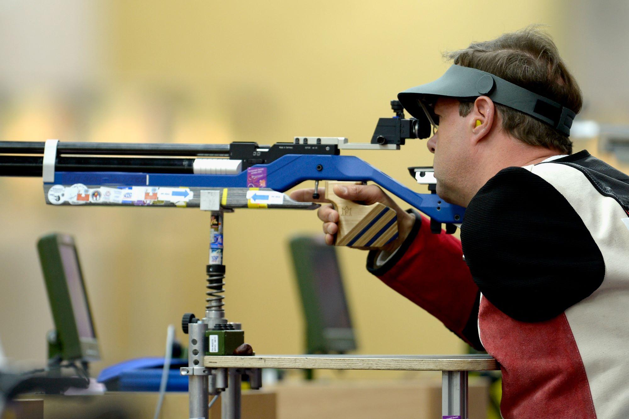 Para athlète amputé du bras gauche s'apprête à tirer avec son arme