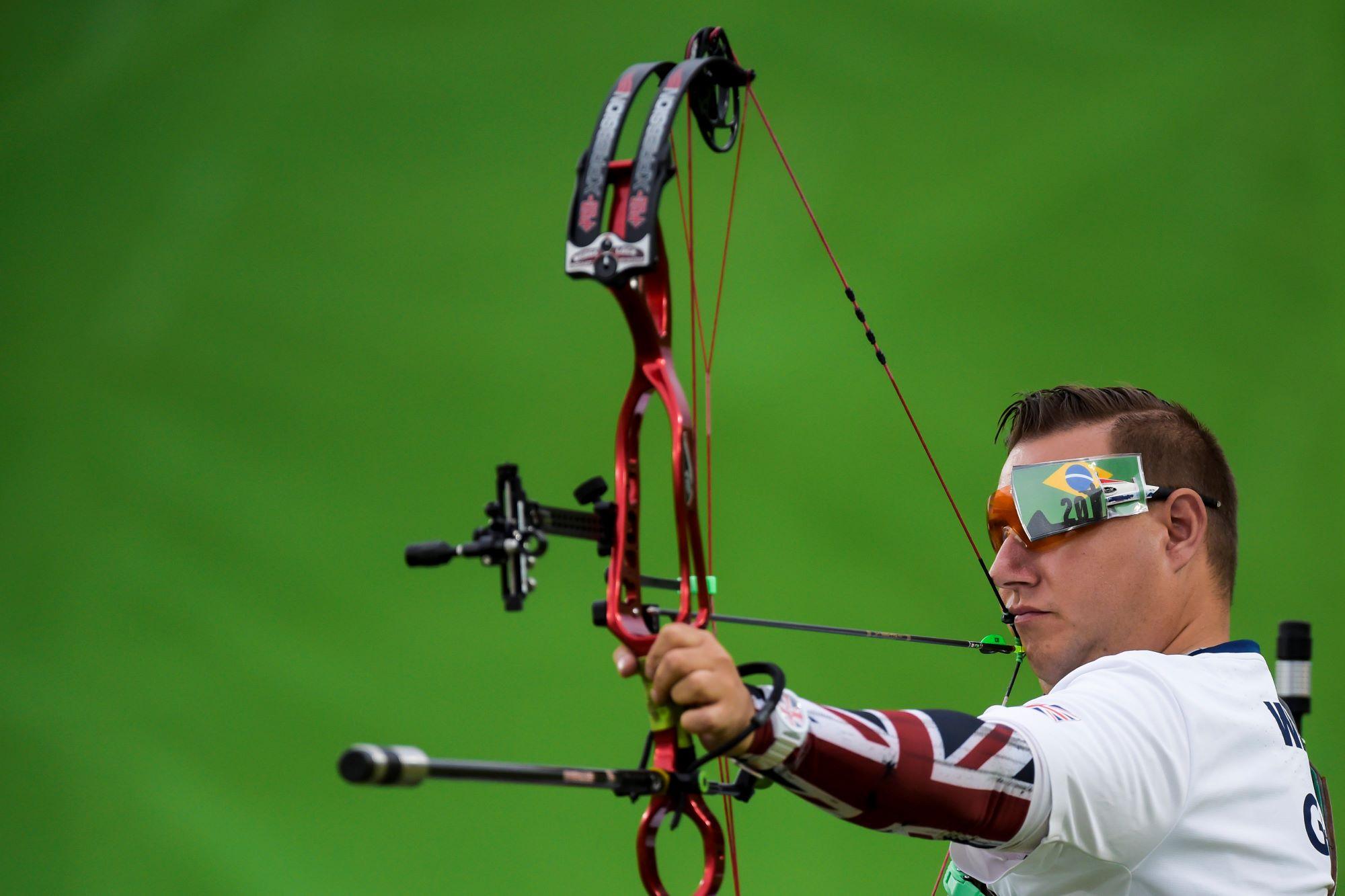 Un athlète tend son arc et s'apprète à tirer