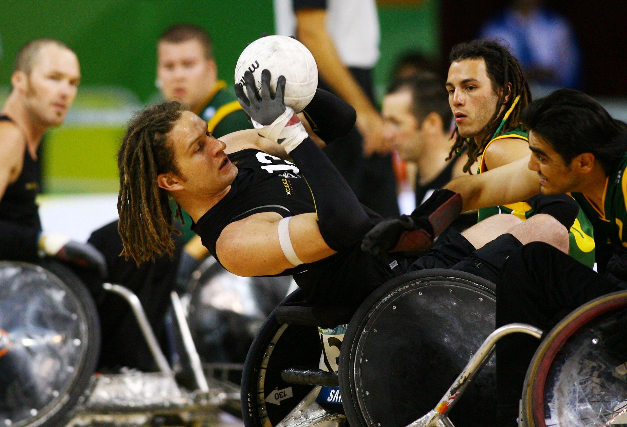 Des joueurs de rugby fauteuil se disputent le balon