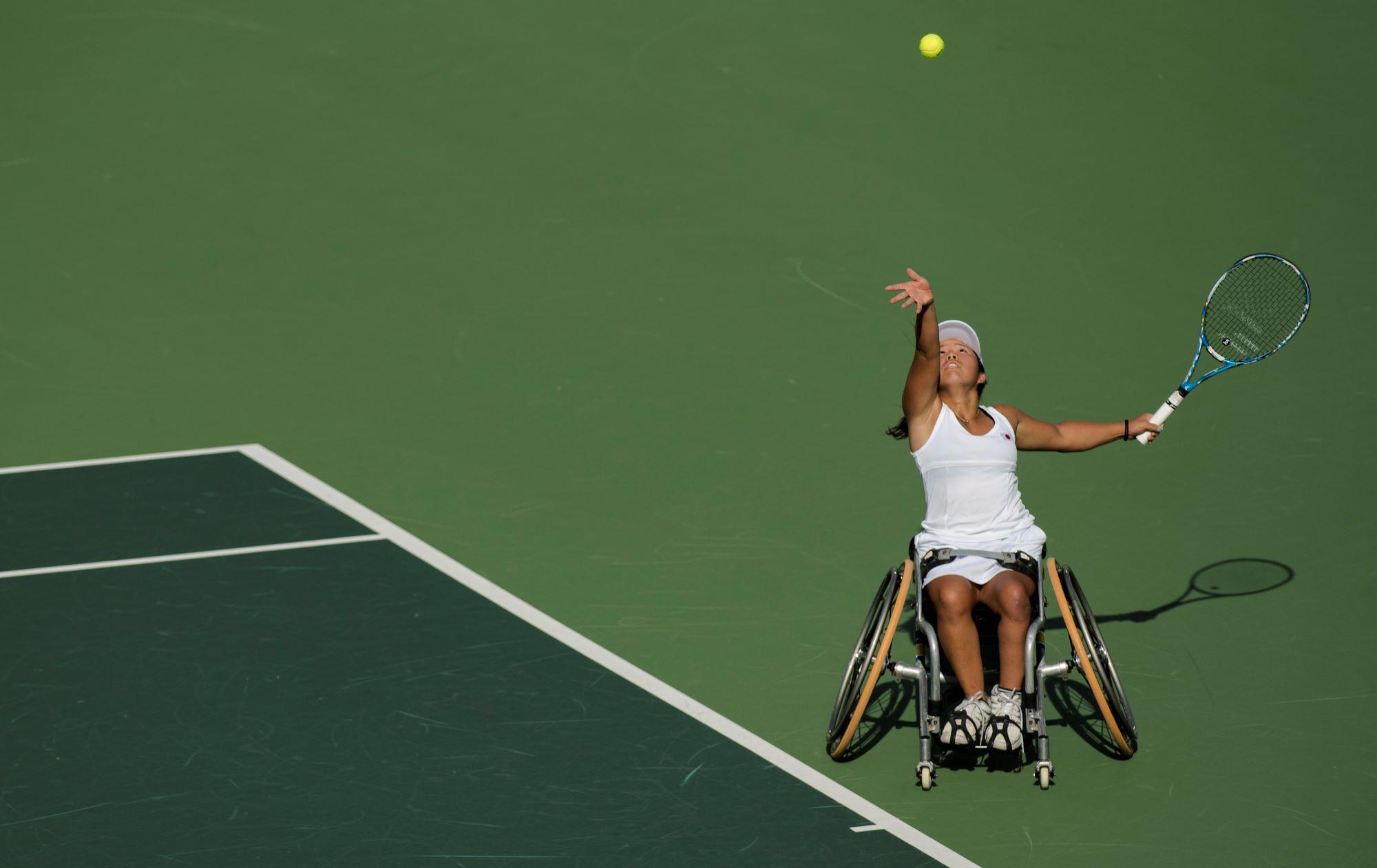 Une joueuse de tennis fauteuil japonaise réalise son service