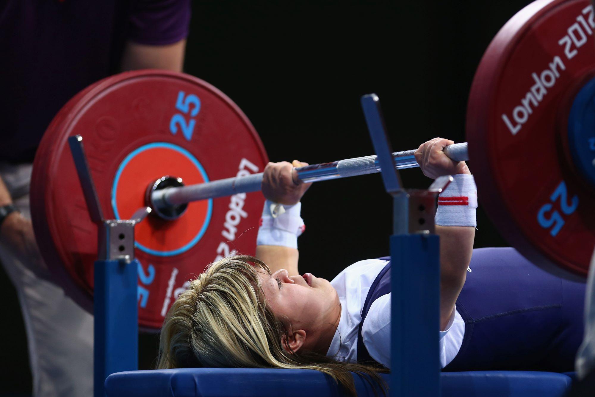 Jeux Paralympiques deLondres 2012, la britannique Zoe Newson s'apprê à soulever une barre et à remporter la médaille de bronze dans la atégorie -40kg