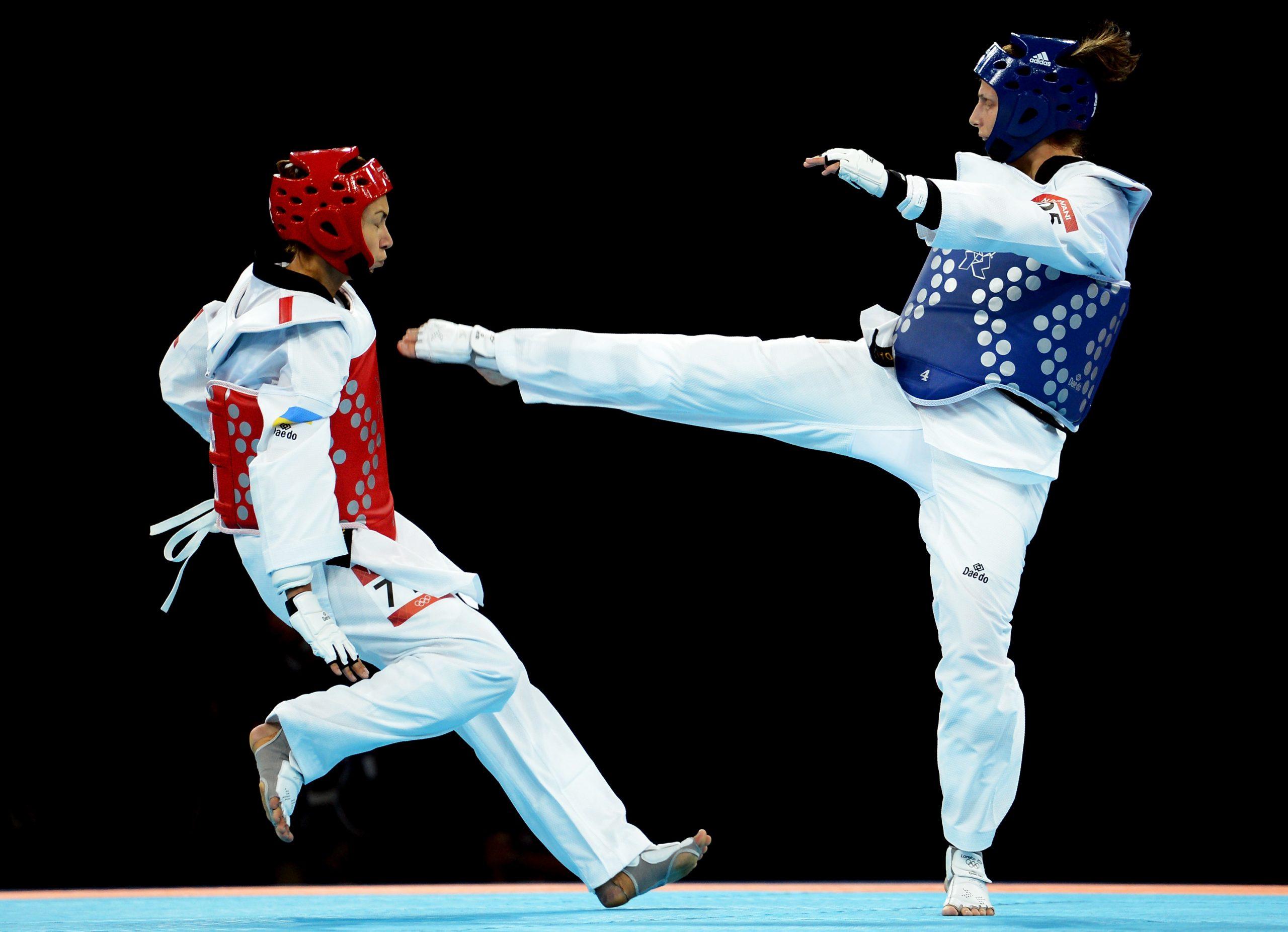 Deux combattantes en plein combat de Taekwondo