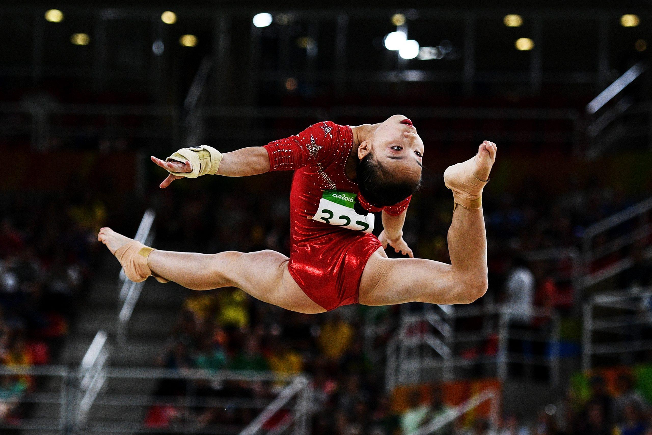 Gymnaste en plein saut.