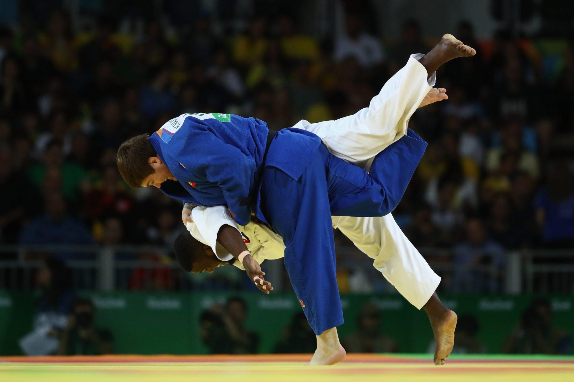 deux judoka en plein combat.