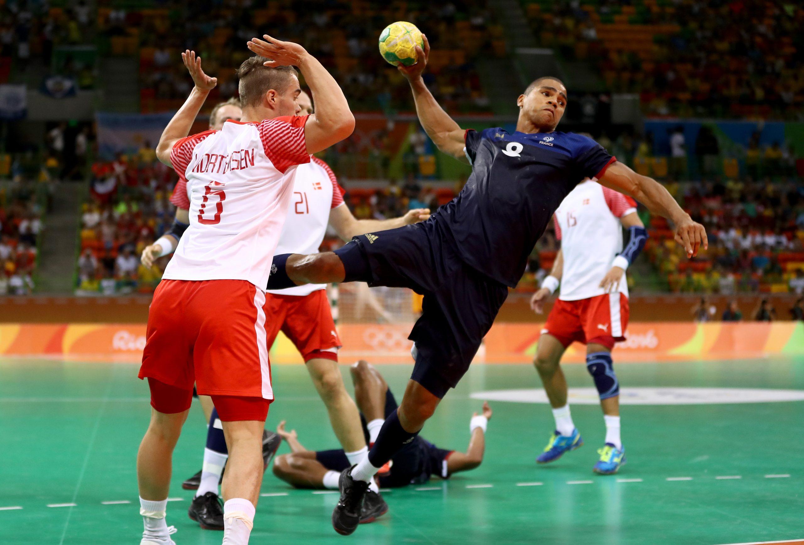 Joueur de handball en train de tirer en extension.