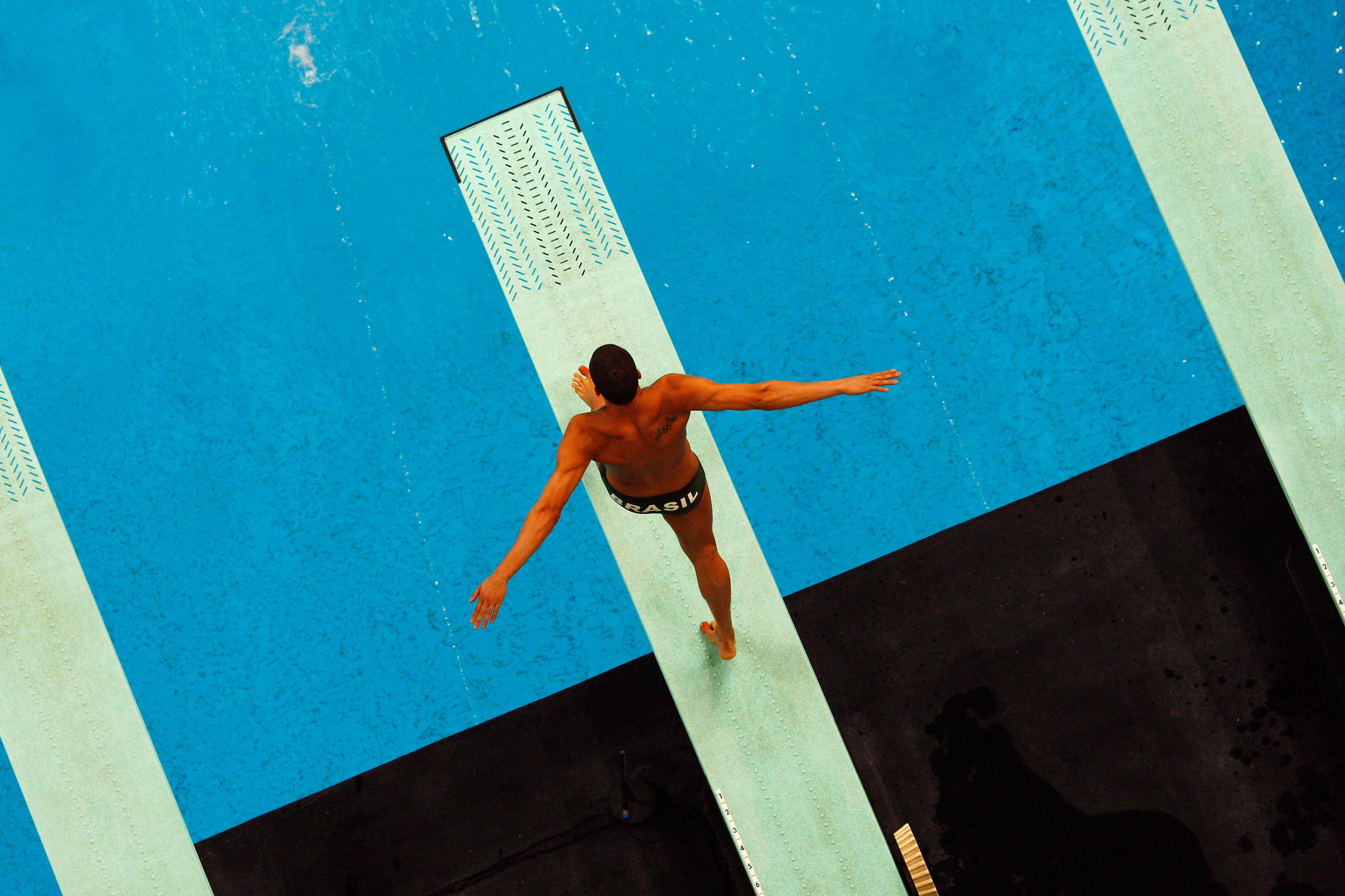 Un athlète brésilien s'apprête à plonger