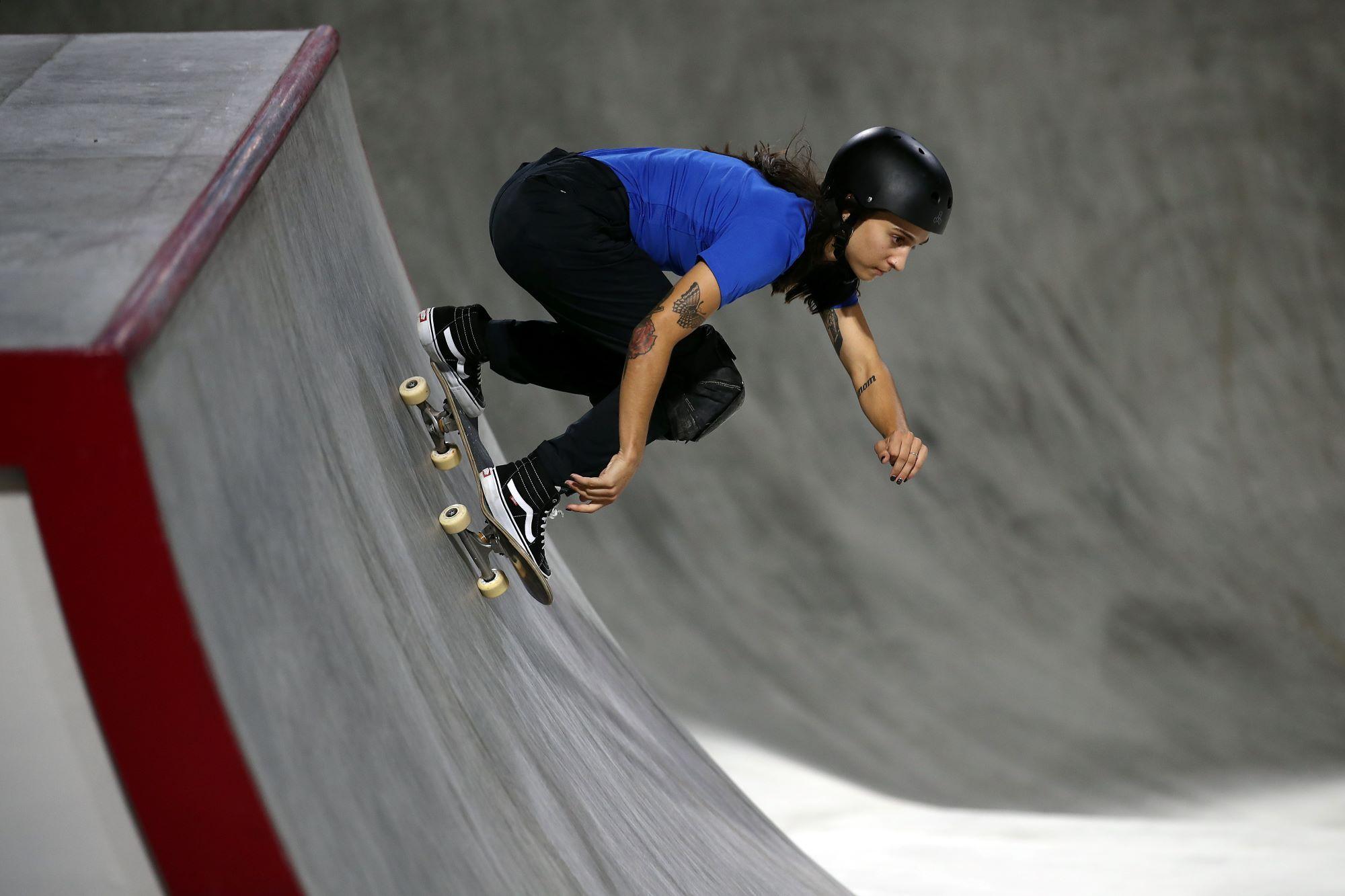 Skateuse en pleine descente de rampe.