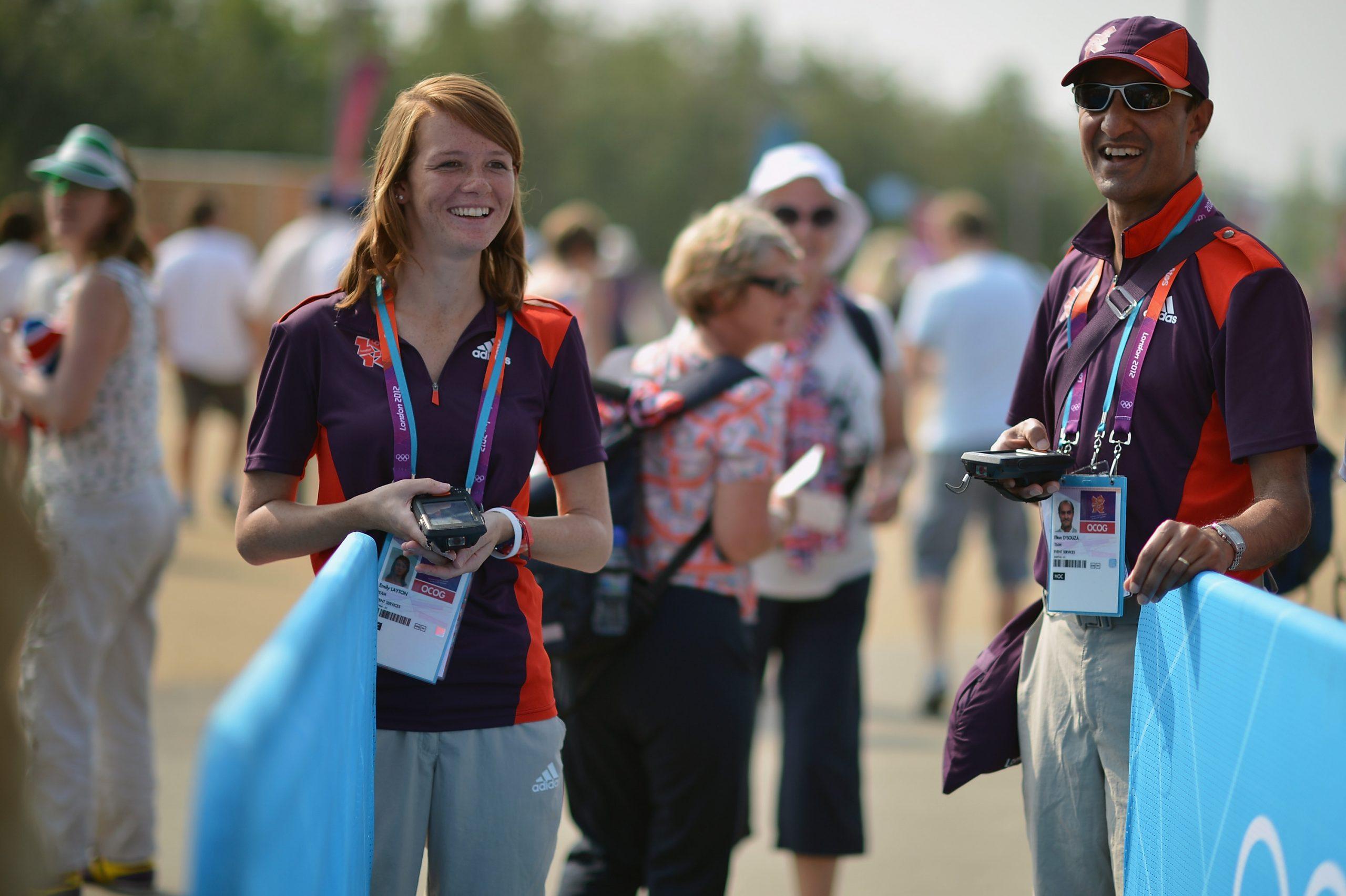 Deux volontaires des Jeux Olympiques de Londres 2012 sourient
