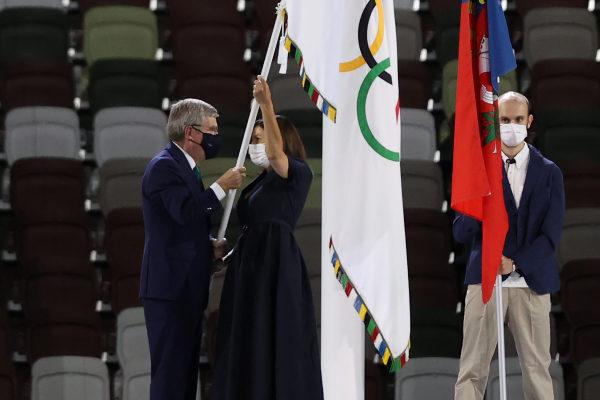 Remise du drapeau olympique lors de la cérémonie de clôture des Jeux de Tokyo 2020