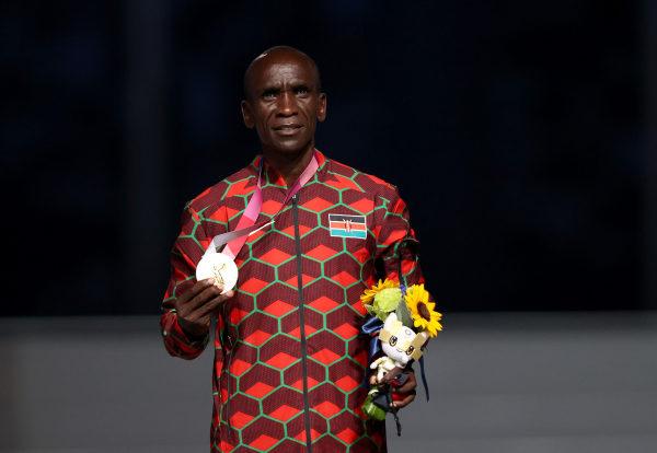Eliud Kipchoge avec sa médaille d'or des Jeux Olympiques de Tokyo 2020